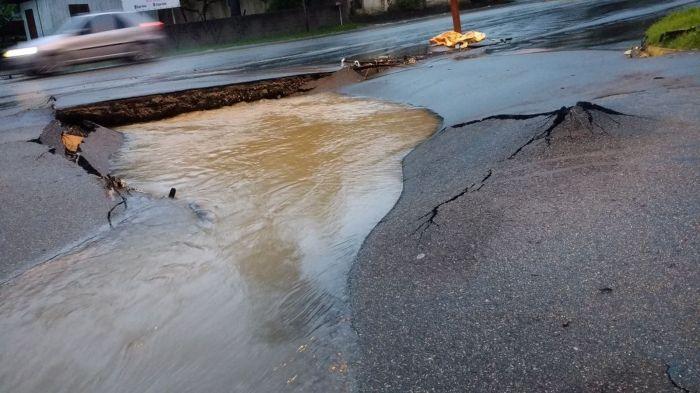 Santa Catarina: chuvas causam mortes e destrui챌찾o em Florian처polis e no litoral catarinense